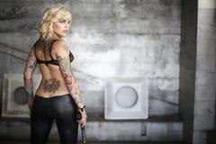 Donna alla moda con la pistola Immagini Stock