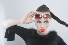 Donna alla moda con trucco e gli occhiali da sole di bellezza Fotografia Stock