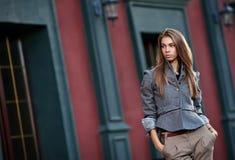 Donna alla moda contro la vecchia parete della costruzione Fotografia Stock