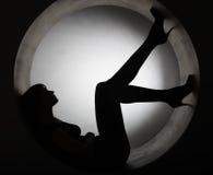 Donna alla moda della siluetta nel cerchio fotografie stock