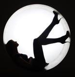 Donna alla moda della siluetta nel cerchio fotografia stock