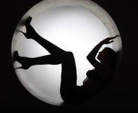Donna alla moda della siluetta nel cerchio immagini stock