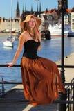 Donna alla moda di autunno in vecchia città Danzica Immagini Stock Libere da Diritti