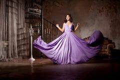 Donna alla moda di modo di lusso nell'interno ricco Bello gir Immagine Stock