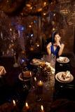 Donna alla moda di modo di lusso nell'interno ricco Bello gir Fotografia Stock