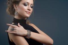 Donna alla moda elegante con gioielli, ritratto della ragazza graziosa Fotografia Stock