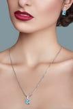 Donna alla moda elegante con monili Bella donna con il pendente del topazio Gioielli ed accessori fotografia stock