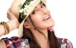 Donna alla moda felice che porta un cappello con i fiori fotografia stock libera da diritti