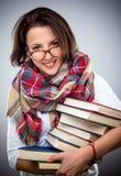 Donna alla moda felice che tiene un mucchio dei libri Fotografia Stock Libera da Diritti