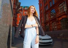 Donna alla moda in giacca sportiva che cammina sulla via Fotografia Stock Libera da Diritti