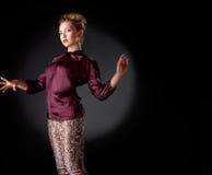 Donna alla moda moderna sopra gray Fotografia Stock