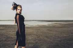 Donna alla moda in natura immagini stock