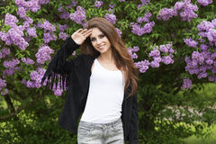 Donna alla moda sorridente immagini stock