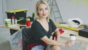 Donna alla moda splendida che si siede al banco da lavoro stock footage