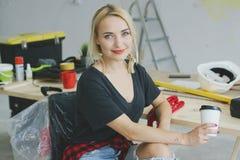 Donna alla moda splendida che si siede al banco da lavoro Fotografia Stock