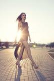 Donna alla moda su fondo urbano fotografie stock libere da diritti