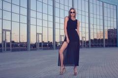 Donna alla moda su fondo urbano fotografia stock