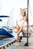 Donna alla moda sul moorage dell'yacht Immagini Stock