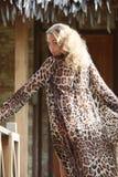 Donna alla moda sulla località di soggiorno Immagini Stock Libere da Diritti
