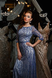 Donna alla moda in vestito blu con i cristalli di rocca ed i manichini Immagine Stock