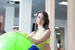 Donna alla palestra con una palla dei pilates Fotografie Stock