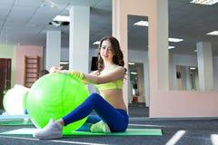 Donna alla palestra con una palla dei pilates Immagine Stock Libera da Diritti