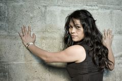 Donna alla parete Fotografie Stock Libere da Diritti