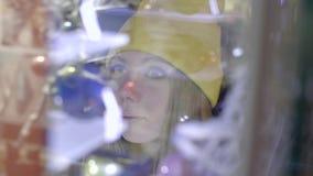 Donna alla parte anteriore del deposito stock footage