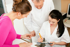 Donna alla ricezione della clinica Immagini Stock