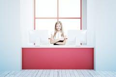Donna alla ricezione rosa Immagine Stock Libera da Diritti