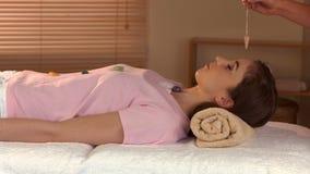 Donna alla sessione di guarigione di cristallo video d archivio
