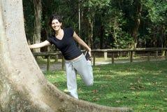 Donna alla sosta che allunga il suo piedino Fotografia Stock Libera da Diritti