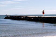 Donna alla spiaggia immagini stock