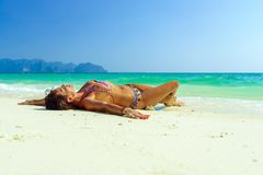 Donna alla spiaggia nell'isola Tailandia di Koh Poda Fotografie Stock Libere da Diritti
