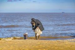 Donna alla spiaggia alla stagione invernale Fotografie Stock