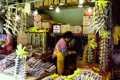 Donna alla stalla del pesce nel mercato di Seoul, Corea del Sud Immagine Stock