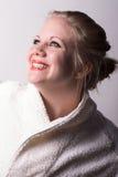 Donna alla stazione termale che guarda su alla luce Fotografie Stock Libere da Diritti