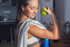 Donna allegra atletica attiva con l'asciugamano nello sport Fotografie Stock Libere da Diritti
