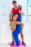 Donna allegra attiva che allunga facendo gli esercizi Fotografie Stock