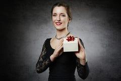 Donna allegra attraente con il contenitore di regalo Fotografia Stock