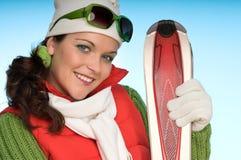 Donna allegra in attrezzatura rossa e verde di inverno Immagine Stock