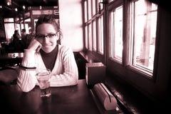 Donna allegra in barra fotografie stock libere da diritti