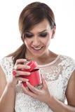 Donna allegra che apre un contenitore di regalo Fotografia Stock Libera da Diritti