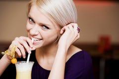 Donna allegra che beve un cocktail Fotografia Stock Libera da Diritti