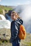 Donna allegra che cammina e che posa sulla natura in Islanda Immagine Stock