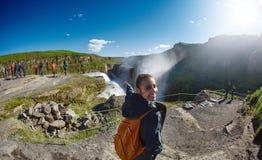 Donna allegra che cammina e che posa sulla natura in Islanda Fotografie Stock Libere da Diritti