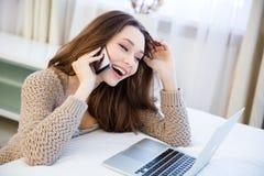 Donna allegra che comunica sul telefono mobile nel paese Immagine Stock Libera da Diritti