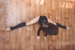Donna allegra che fa allungando spaccatura di esercizio Fotografia Stock