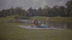 Donna allegra che ha video chiamata con il telefono in parco archivi video