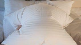Donna allegra che imbroglia intorno, facendo i fronti divertenti nel letto Primo piano 4K archivi video